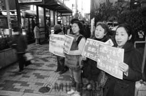 説明会の開会に先立って会場前で宣伝する「住吉市民病院をまもるママの会」のメンバー=10日、大阪市住之江区内