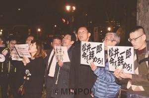 街頭宣伝で、たつみ議員の訴えを聞く人たち=10日、大阪市都島区内
