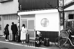 民泊施設に到着した外国人旅行者たち(大阪市中央区内)