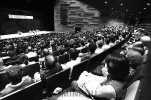 森友学園をめぐる疑惑解明、安倍政権退陣をと呼び掛けた集会=3月31日、豊中市内