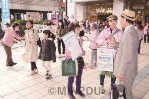 シール投票や「3千万署名」で市民と対話する日本共産党大阪女性後援会の人たち=3月27日、大阪市都島区内