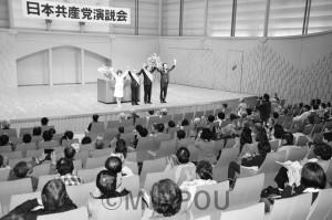 声援に応える(右から)山下よしき副委員長・参院議員、高道候補、福岡候補ら=15日、泉佐野市内