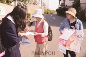 高校前で「3千万署名」を集める新婦人高石支部の人たち=4月19日