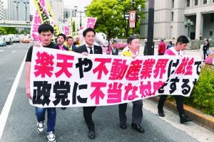 民泊反対デモの先頭を歩くたつみ参院議員=8日、大阪市中央区内