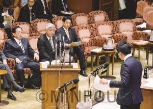 参院予算委員会で質問するたつみ議員(右)=2015年4月
