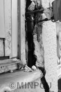 外壁に大きな亀裂ができた住宅=高槻市内