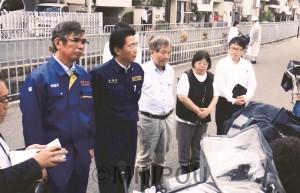 事故現場を調査する(左から)宮本、山下、宮原の各氏と、中村れい子、宮本雄一郎の両高槻市議=18日、高槻市内