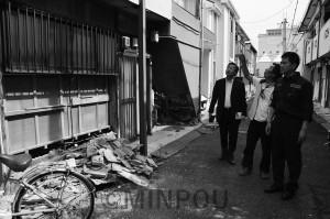 地震で被害を受けた民家を視察する、たつみコータロー参院議員と朝田充茨木市議ら=6月21日、茨木市内