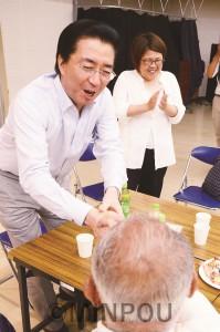 入党決意者と握手する山下氏