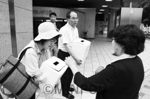 西日本豪雨災害で救援募金を呼び掛ける柳府委員長ら=11日、大阪市中央区内