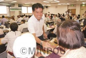 不服審査請求運動を大きくと大生連の集会で参加者を激励するたつみ議員=2013年7月27日、大阪市北区内