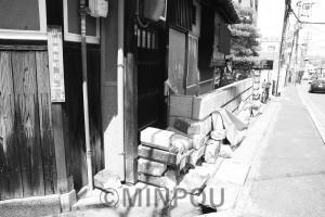 ブロック塀が崩れたままの民家=6月29日、枚方市内