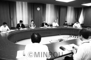 一部損壊への支援制度創設などを求めて申し入れる日本共産党大阪市議会議員団=20日、大阪市役所内