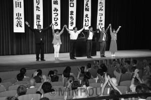 市田・たつみ参院議員と共に声援に応える日本共産党松原市議候補ら=7月22日、松原市内
