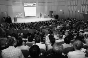 会場いっぱいの人で基地建設反対、請願署名成功への熱気にあふれた集会=18日、堺市堺区内