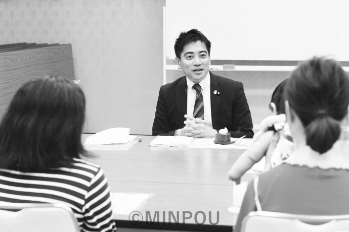 (後ろ向き左から)大野さん、高橋さんと語り合うたつみコータロー議員