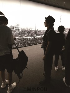 原爆資料館で原爆投下後の町並みのパノラマを見る近田さん=5日、広島市内