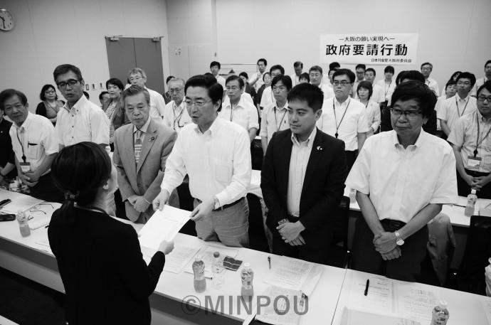 政府交渉で要望書を手渡す(前列右から)大門、たつみ、山下、こくた、宮本の各国会議員と宮原府議。後列は大阪の地方議員・候補者=7月25日、東京・衆院第2議員会館