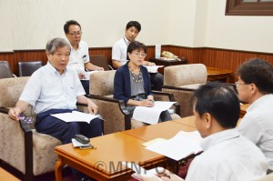 補正予算と施策について、松井知事宛てに提出した宮原、石川両府議=8月31日、府庁内