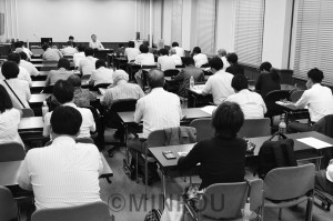 9月議会に向けて共産党府議団が開いた懇談会=14日、府庁内