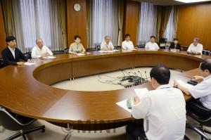 災害対策の抜本的強化を申し入れる日本共産党大阪市議団=7日、大阪市役所内