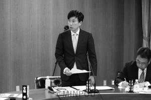 質問する小川議員=19日、大阪市議会都市経済委員会