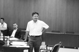 質問する井上議員=20日、大阪市議会教育こども委員会