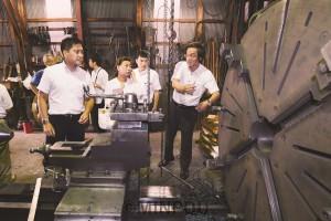 町工場が誇る高い技術力、経営の課題などを聞くたつみ議員ら=8月23日、東大阪市内