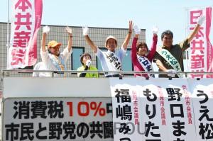 声援に応える日本共産党候補の4氏=8月27日、松原市内