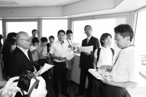 関西空港第1ターミナル管制棟で説明を受けるたつみ、宮本両議員ら=18日、泉佐野市内