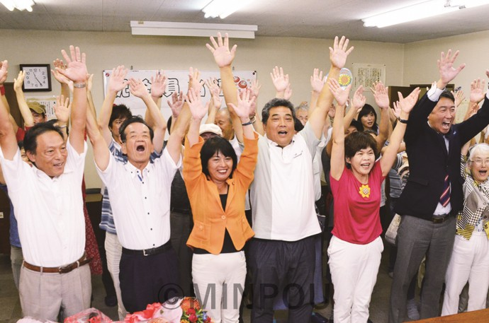 当選を受け万歳する候補者と支援者ら=2日、松原市内