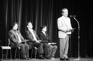 リレートークで訴える各団体の代表=18日、大阪市北区内