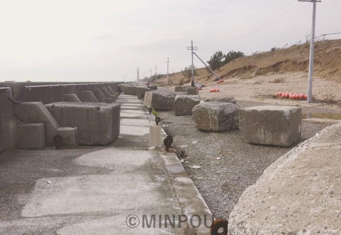台風21号の高潮で護岸が倒壊した夢洲。内側に並んだ石が陸地側に押し流されています(9月21日撮影、日本共産党大阪市議会議員団提供)