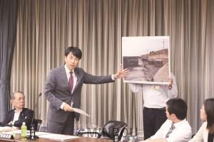 被害実態をパネルで示し質問する小川議員=4日、大阪市議会決算特別委員会