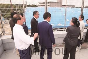 屋根が吹き飛んだ小山田小学校の体育館を視察するたつみ議員と河内長野市議団=5日、河内長野市