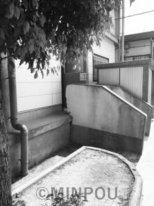 階段が分離してしまった楠根小学校の体育館
