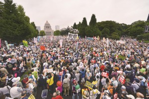 国会議事堂前を埋めた市民ら=2015年8月30日