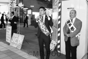 野党共闘で安倍政権を倒そうと呼び掛けるたつみ参院議員ら=10月26日、京橋駅前
