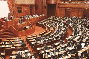 参院本会議で中谷防衛大臣の問責決議案に対する賛成討論を行うたつみ参院議員=2015年9月18日未明(「しんぶん赤旗」提供)