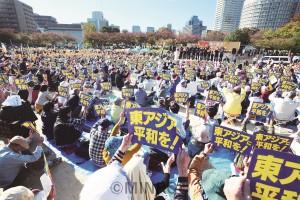 プラカードを掲げて憲法改悪許さないと訴える人たち=3日、大阪市北区内