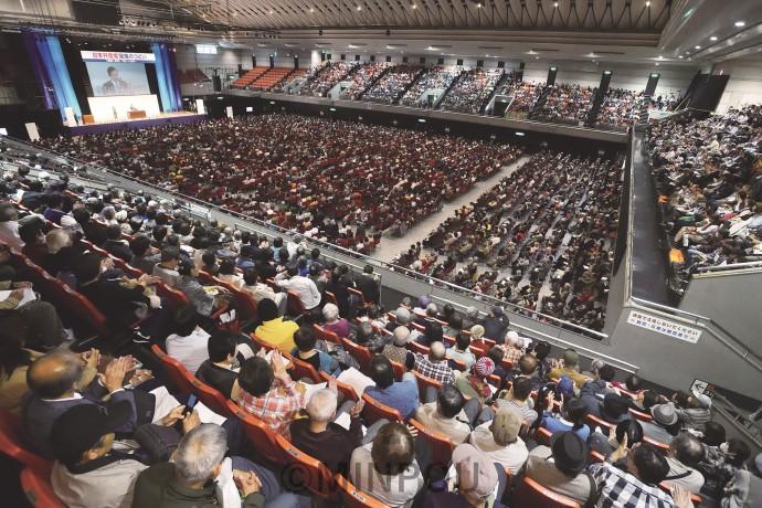 日本共産党の躍進で新しい日本の未来を切り開こうと呼び掛けた「躍進のつどい」=16日、府立体育会館