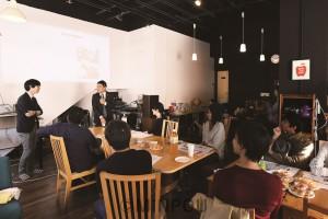 応援チームの交流イベントで政治や社会について話し合うたつみさんら=11日、大阪市内