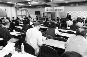 第9回総会で報告する柳利昭府委員長=3日、大阪市天王寺区内