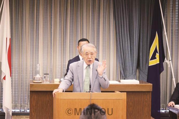 一般質問に立つ日本共産党の瀬戸一正市議団長=10月25日、大阪市議会本会議