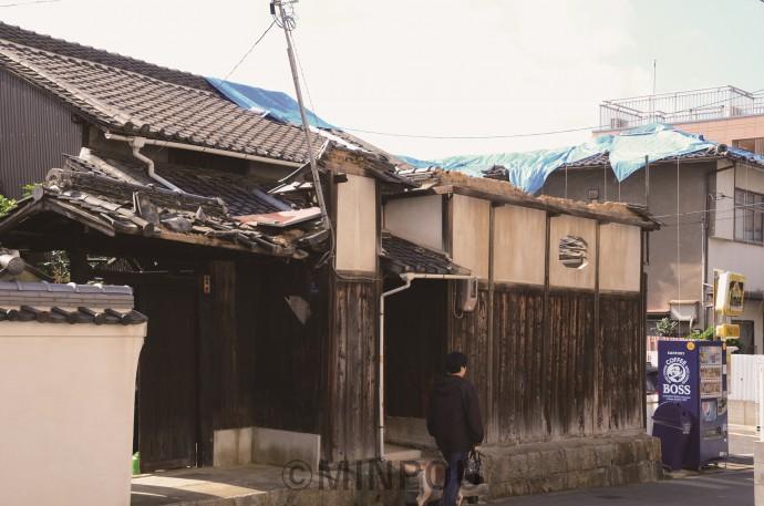 台風21号の直撃から、11月4日で2カ月。大阪市内各地には暴風の爪痕がまだ残されています。写真上は大阪市中央区内。同下は同市中央区内の大阪城公園の桃園=10月30日