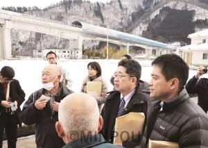 リニア中央新幹線実験線を視察し、沿線住民から話を聞く、たつみ議員ら=2014年2月13日(「しんぶん赤旗」提供)