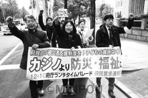 府民連の昼休み集会であいさつする石川府議(中央)と宮原団長(左)=10日、大阪市中央区内