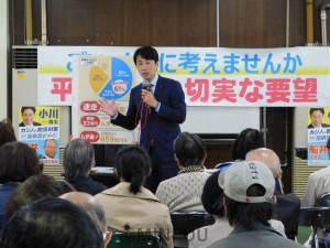 懇談会で報告する小川陽太市議=11月17日、大阪市平野区内