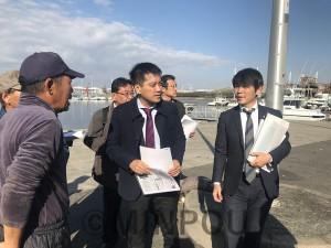堺市の漁港を訪れ、漁業関係者から被害状況や要望などを聞くたつみ議員、森田市議ら=11月25日、堺市西区内
