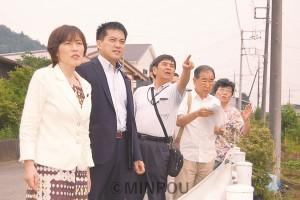 リニア車両基地予定地を視察(左から)田村智子、たつみコータローの両参院議員=2014年7月19日